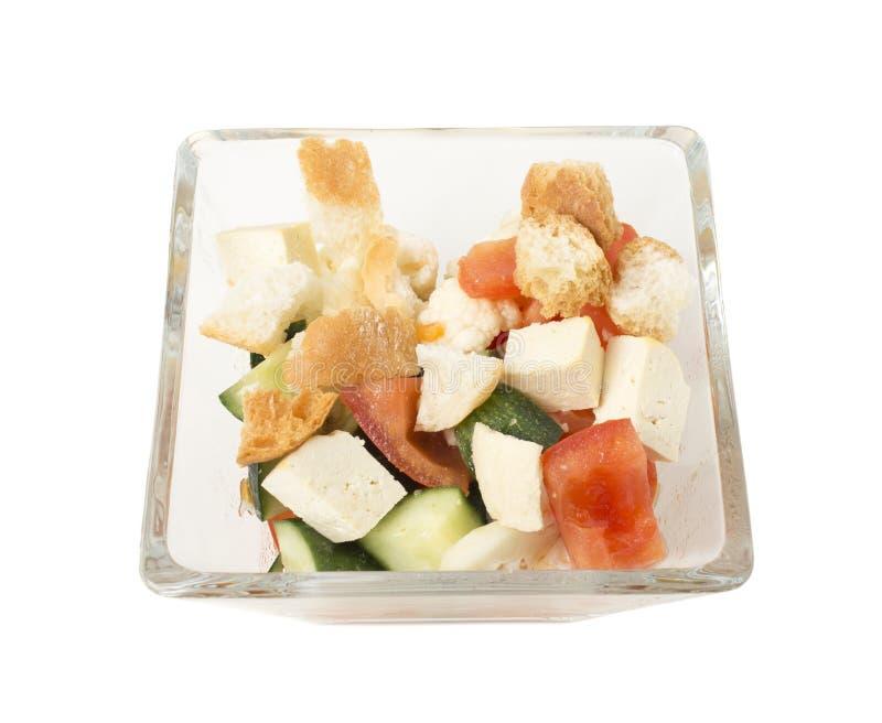 Salade végétale délicieuse avec du fromage de tofu dans un bol en verre image stock