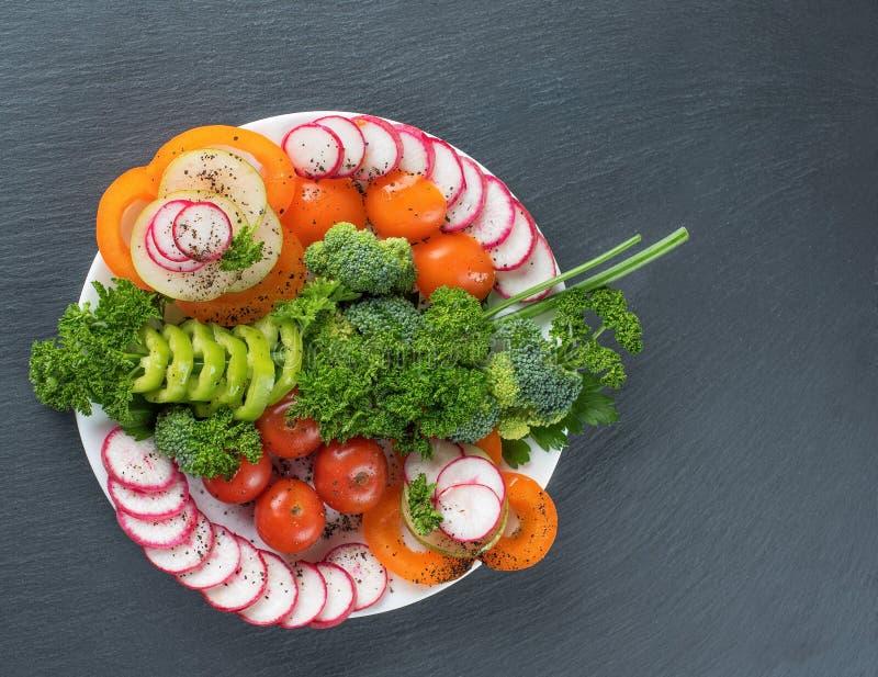 Salade végétale d'un plat sur un fond gris images libres de droits