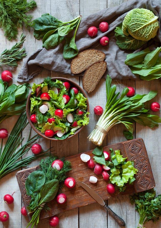 Salade végétale de régime de ressort avec le radis, le cucmber, la chou de savoie et les verts photos stock