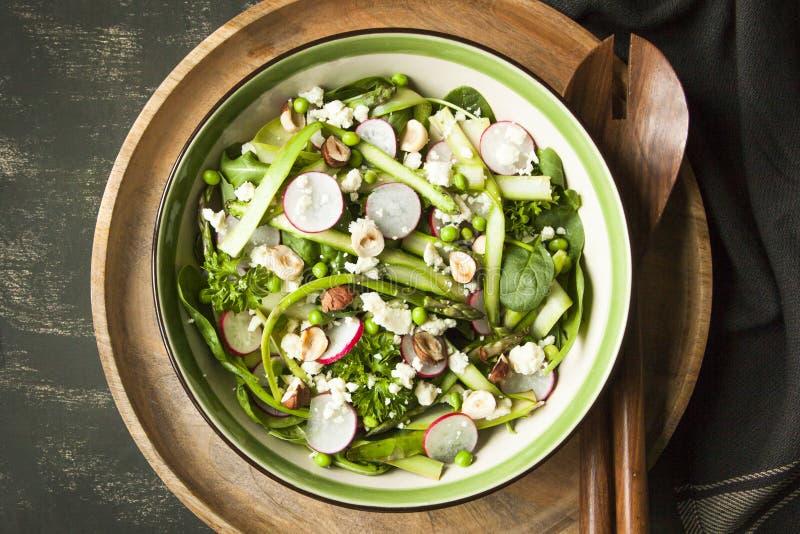 Salade végétale de ressort avec l'asperge, courgette, radis, épinards photo libre de droits