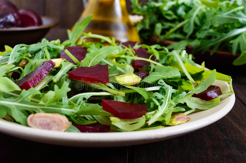 Salade végétale de vitamine de Vegan des betteraves, de l'arugula et des pistaches images libres de droits