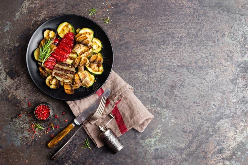 Salade végétale grillée Salade de courgette grillée tout entier, d'aubergine, de poivron doux, d'oignon et de champignons de plat photos stock