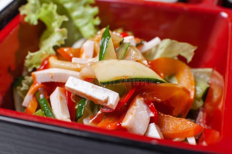 Salade végétale Partie de nourriture fraîche dans la boîte japonaise de bento avec de la salade, plat principal Petit pain de sus photo libre de droits