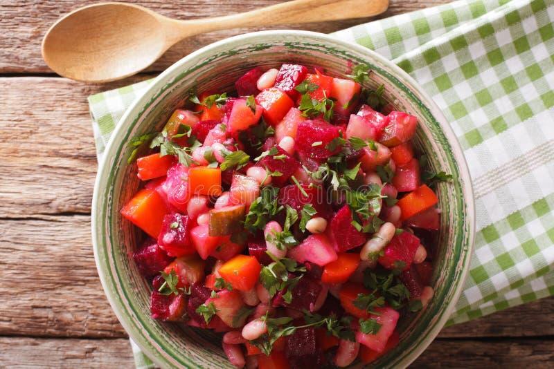Salade végétale russe faite maison dans la fin de cuvette  t horizontal images libres de droits