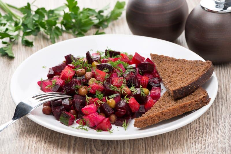 Salade végétale russe traditionnelle avec des betteraves - vinaigrette photographie stock