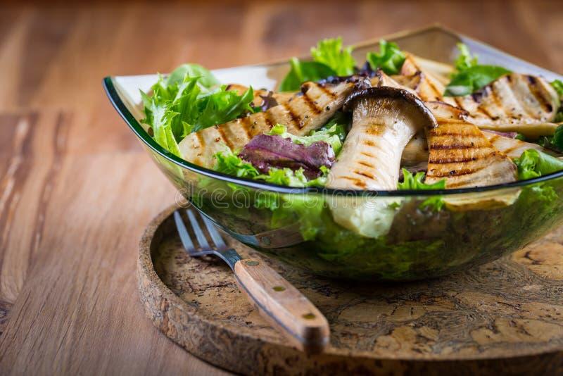 Salade végétale verte avec les champignons d'huître grillés de roi image libre de droits