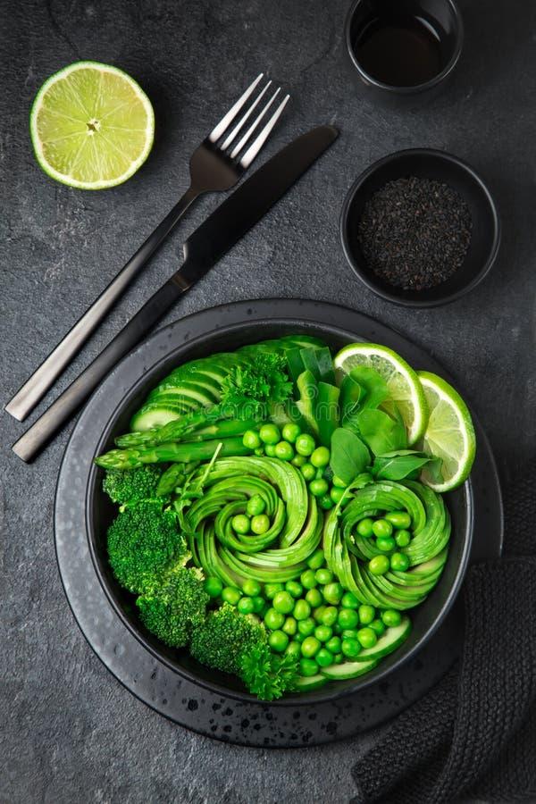 Salade végétale verte fraîche, cuvette de déjeuner de detox de vegan photo stock