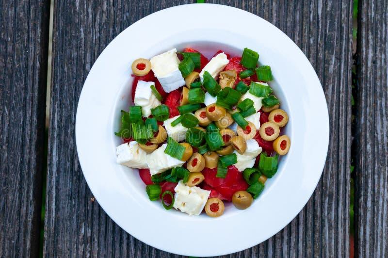 Salade végétarienne simple avec les légumes frais II photo stock