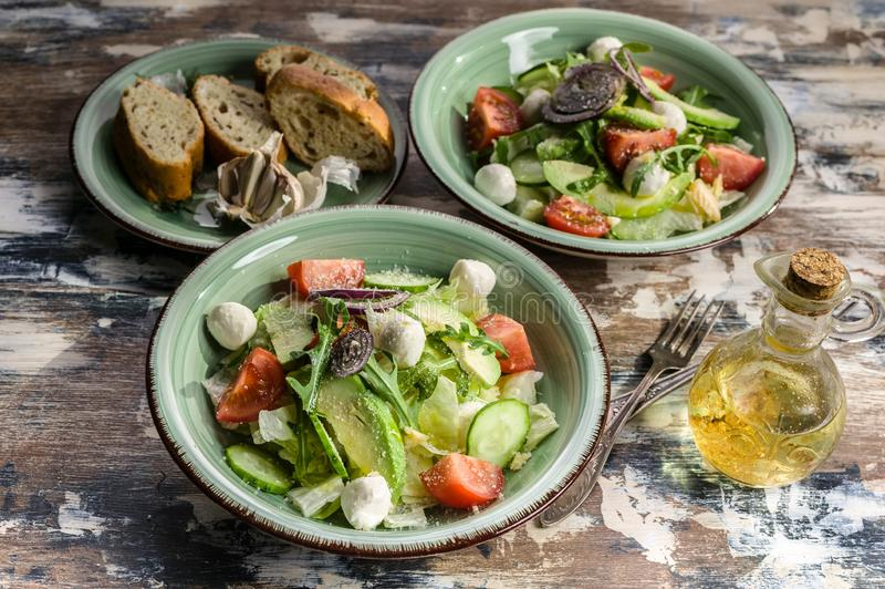 Salade v?g?tale Salade d?licieuse avec l'avocat, les tomates-cerises, l'arugula et le fromage de mozzarella Nourriture savoureuse photographie stock