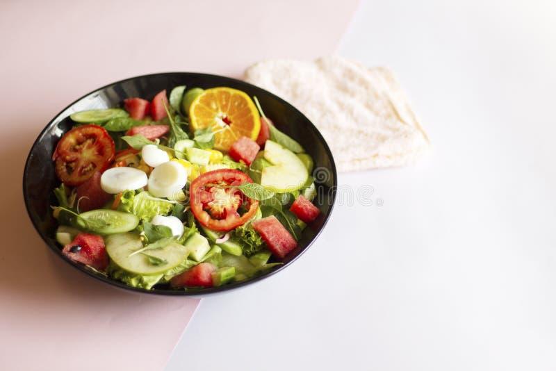 Salade v?g?tale sur un aliment sain de concept de perte de poids de plat noir photo stock