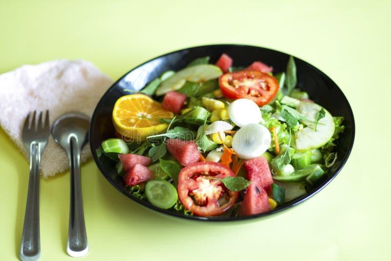 Salade v?g?tale sur un aliment sain de concept de perte de poids de plat noir photographie stock libre de droits