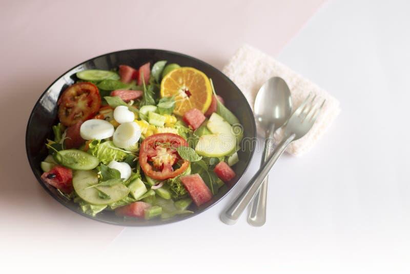Salade v?g?tale sur un aliment sain de concept de perte de poids de plat noir photographie stock