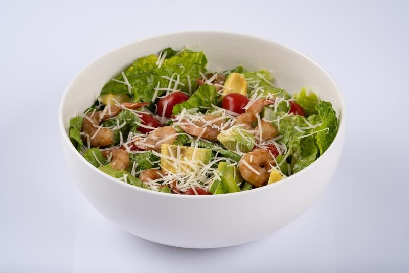 Salade van garnalen en avocado, in witte kom wordt gediend die stock foto's