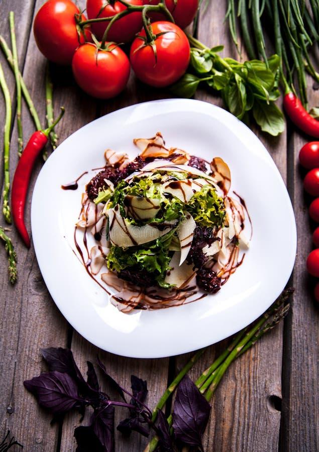 Salade van garnalen en zeevruchten met de schotel van de parmezaanse kaaskaas op rustieke houten achtergrond royalty-vrije stock foto's