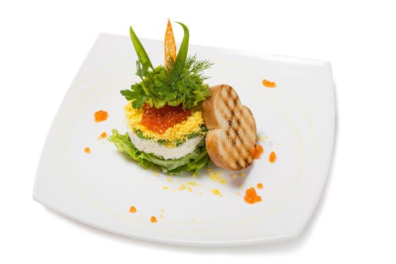 Salade van gekookte garnalen onder een koepel van rode kaviaar royalty-vrije stock fotografie