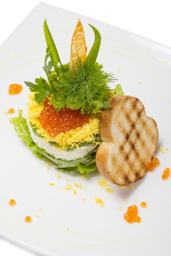 Salade van gekookte garnalen onder een koepel van rode kaviaar. royalty-vrije stock afbeeldingen