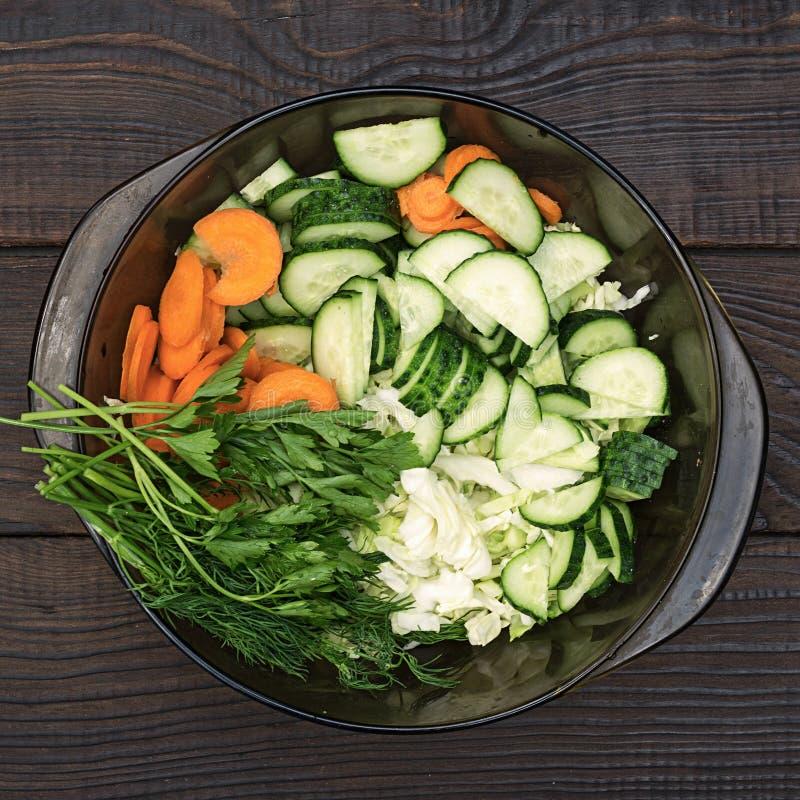 Salade van gesneden rauwe groenten op een houten lijst royalty-vrije stock afbeeldingen
