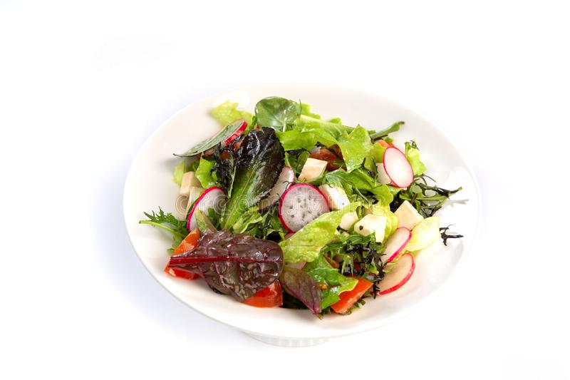 Salade van greens, kaas en radijs op een geïsoleerde witte achtergrond royalty-vrije stock afbeeldingen