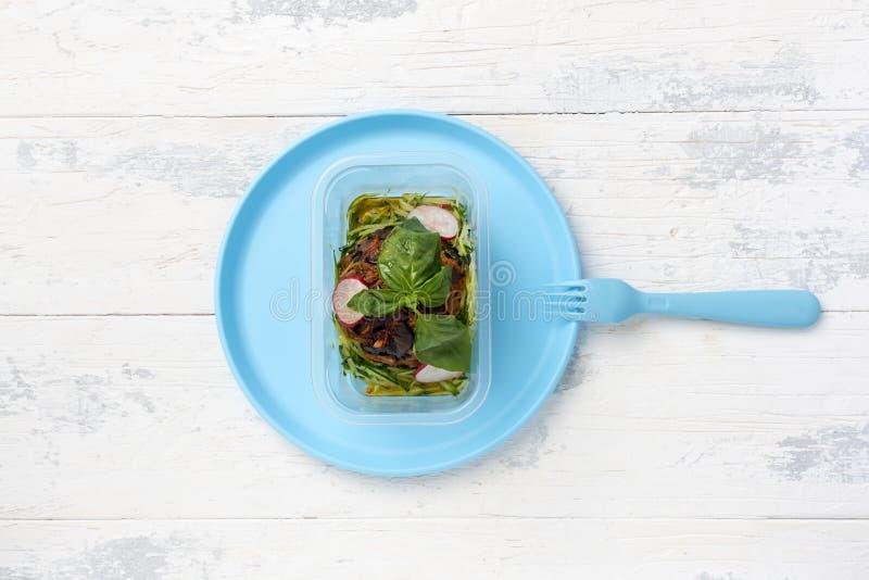 Salade van groenten met groen blad in container stock afbeelding