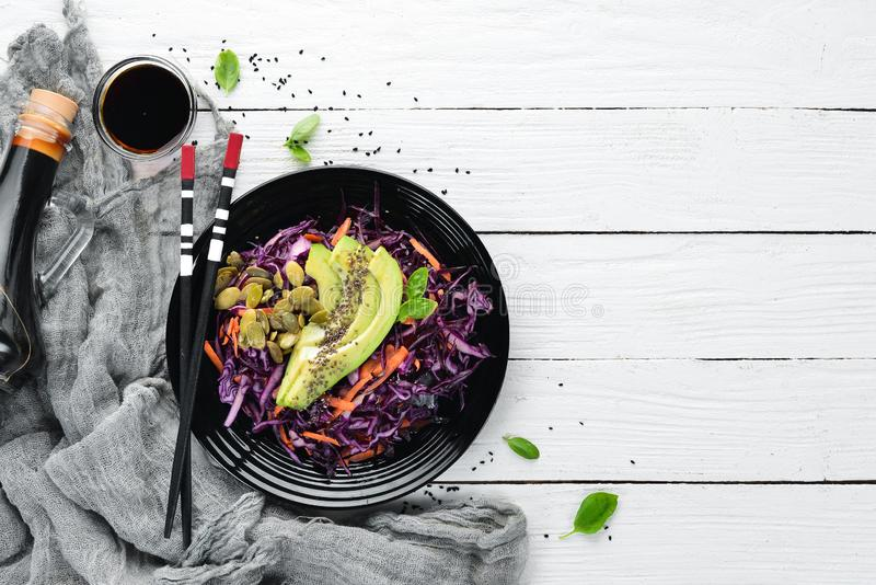 Salade van purpere kool, wortelen, avocado's en pompoenzaden stock afbeelding