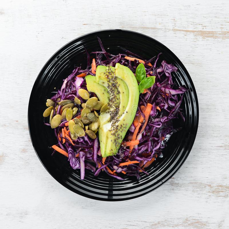 Salade van purpere kool, wortelen, avocado's en pompoenzaden Hoogste mening stock foto's