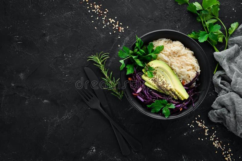 Salade van purpere kool, wortelen, avocado's en pompoenzaden royalty-vrije stock foto's