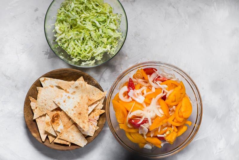 Salade van rode en gele tomaten met uien, spaanders met paprika royalty-vrije stock afbeeldingen