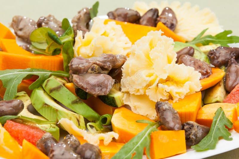 Salade van verse groenten en vlees van kip royalty-vrije stock foto's