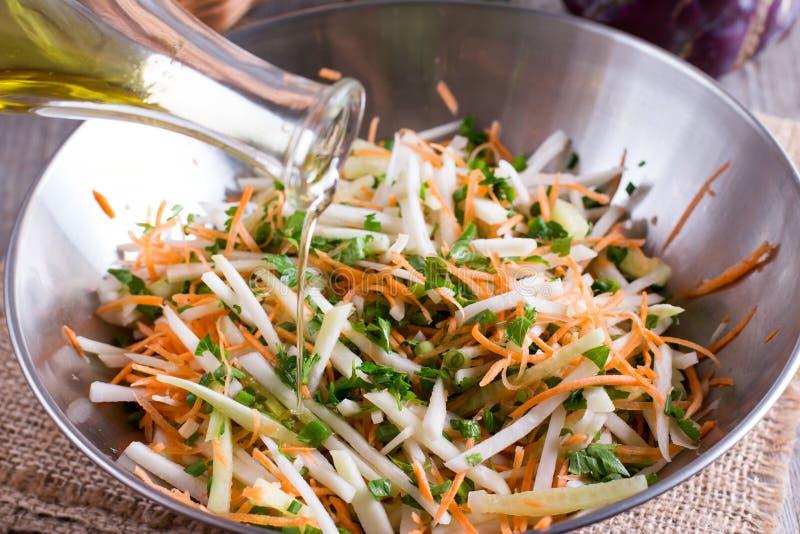 Salade van verse groenten Vegetarische ingrediënt en olijfolie voor het koken van gezonde maaltijd Gesneden witte kool, paprika,  stock fotografie