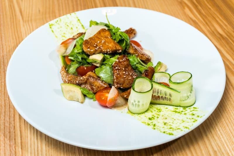 Salade van verse komkommers en tomaten gebraden vlees stock fotografie
