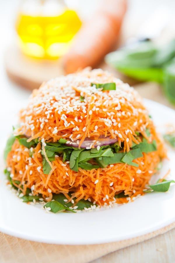 Salade van verse wortelen en spinazie stock foto