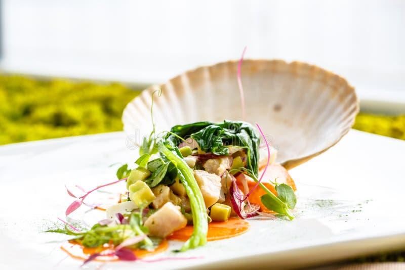 Salade van vissen en zeevruchten stock afbeeldingen