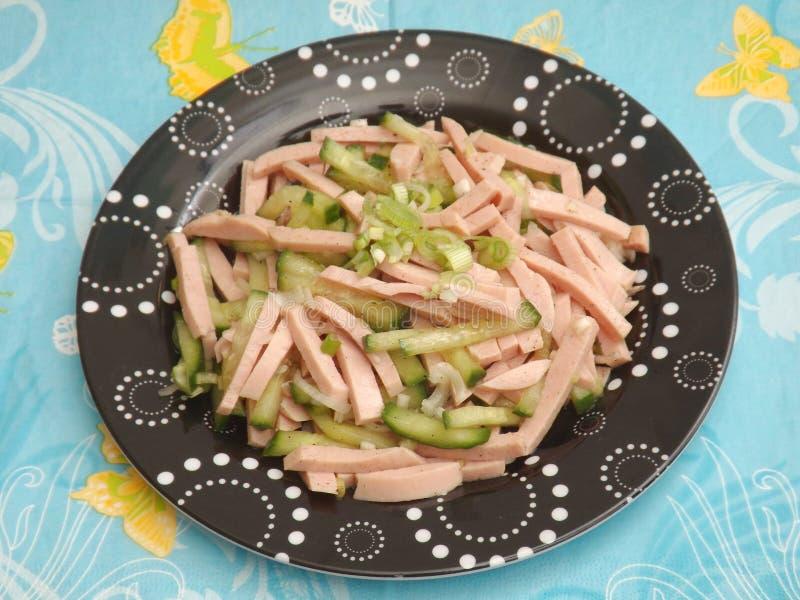 Download Salade Van Worst Met Komkommer Stock Foto - Afbeelding bestaande uit varkensvlees, voedsel: 54082800