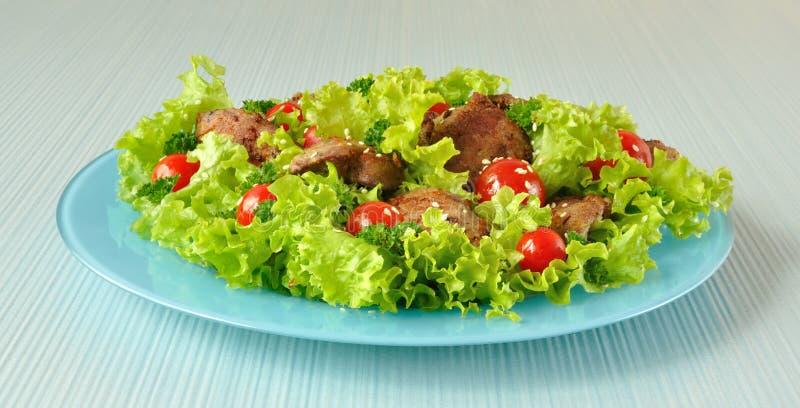 Salade verte avec du foie de poulet photos libres de droits