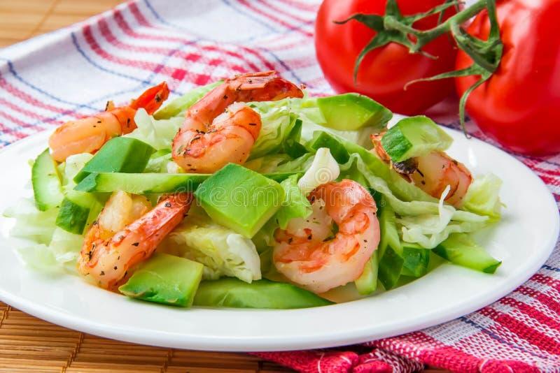 Salade verte avec la crevette et l'avocat images stock