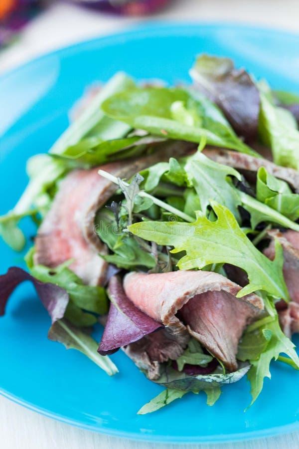 Salade verte avec rare moyen grillé de bifteck de boeuf, laitue de mélange photos stock