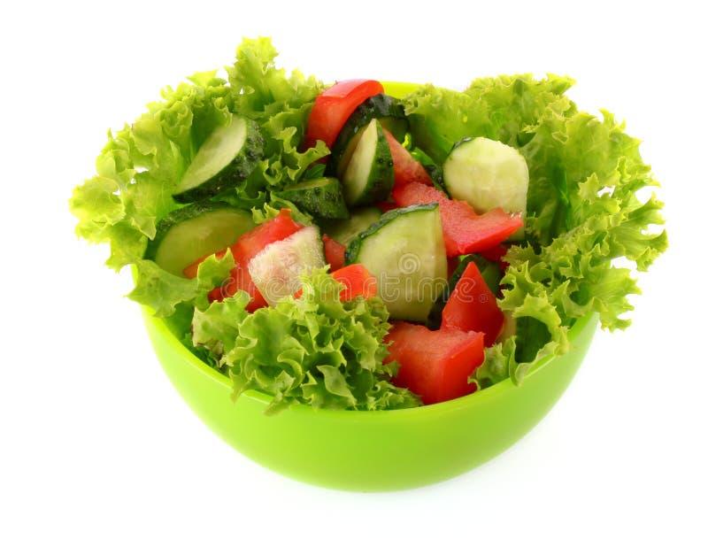 Salade verte, concombre et tomate dans la plaque verte images libres de droits
