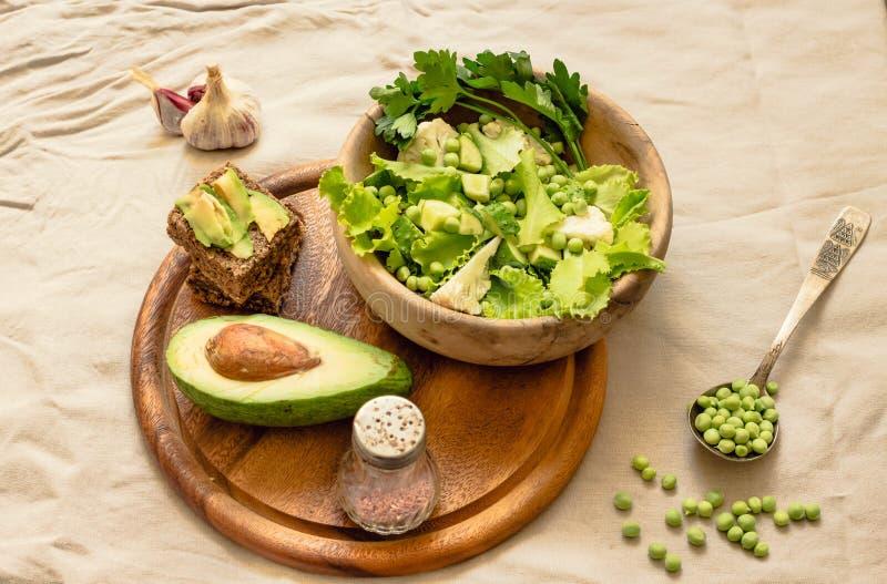 Salade verte délicieuse fraîche avec l'avocat dans une vue supérieure en bois de pain grillé libre de plat et de gluten Nourritur photo stock