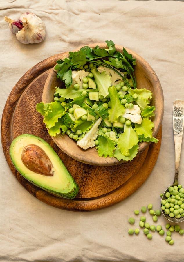 Salade verte délicieuse fraîche avec l'avocat dans une vue supérieure en bois de pain grillé libre de plat et de gluten Nourritur photo libre de droits
