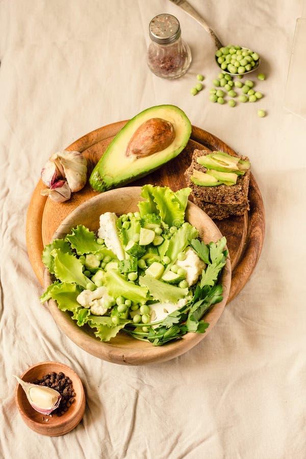 Salade verte délicieuse fraîche avec l'avocat dans une vue supérieure en bois de pain grillé libre de plat et de gluten Nourritur image libre de droits
