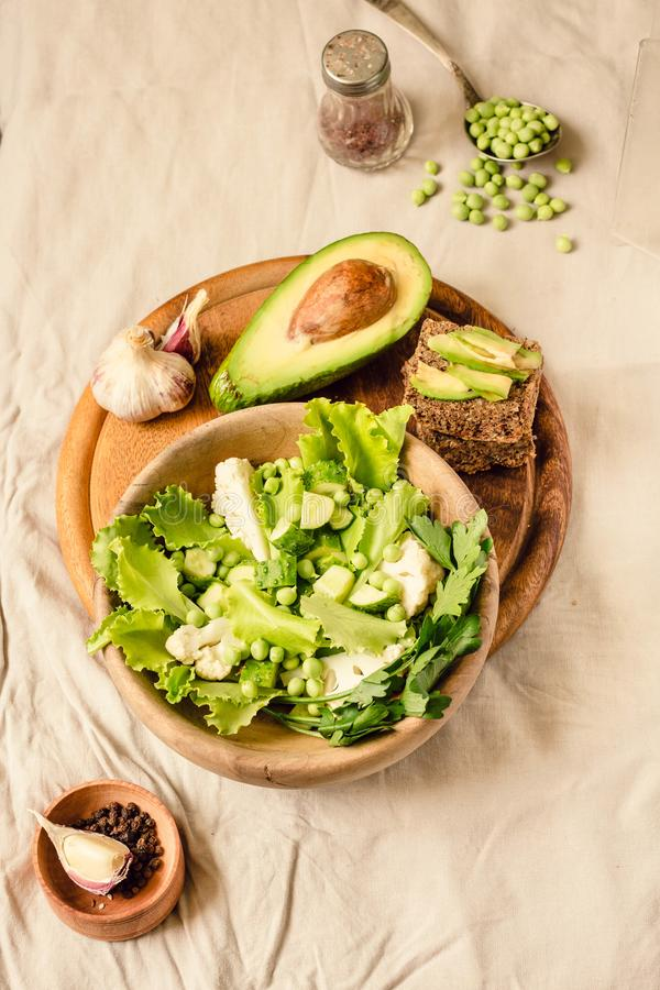 Salade verte délicieuse fraîche avec l'avocat dans une vue supérieure en bois de pain grillé libre de plat et de gluten Nourritur images libres de droits