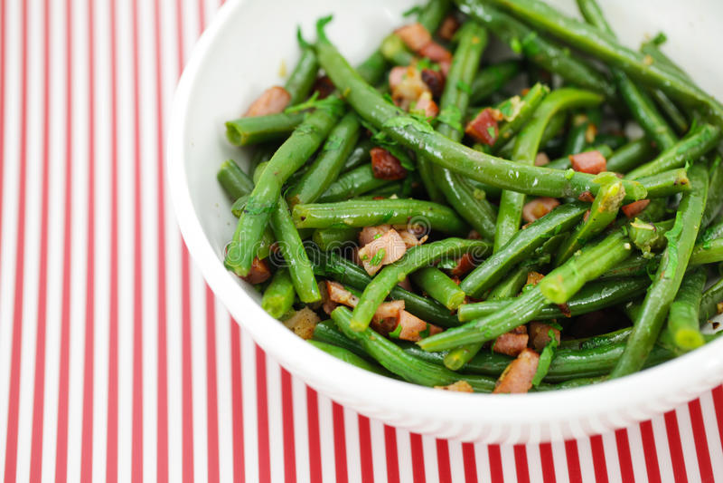 Salade verte d'haricots verts avec du jambon et le vinaigrette photo stock