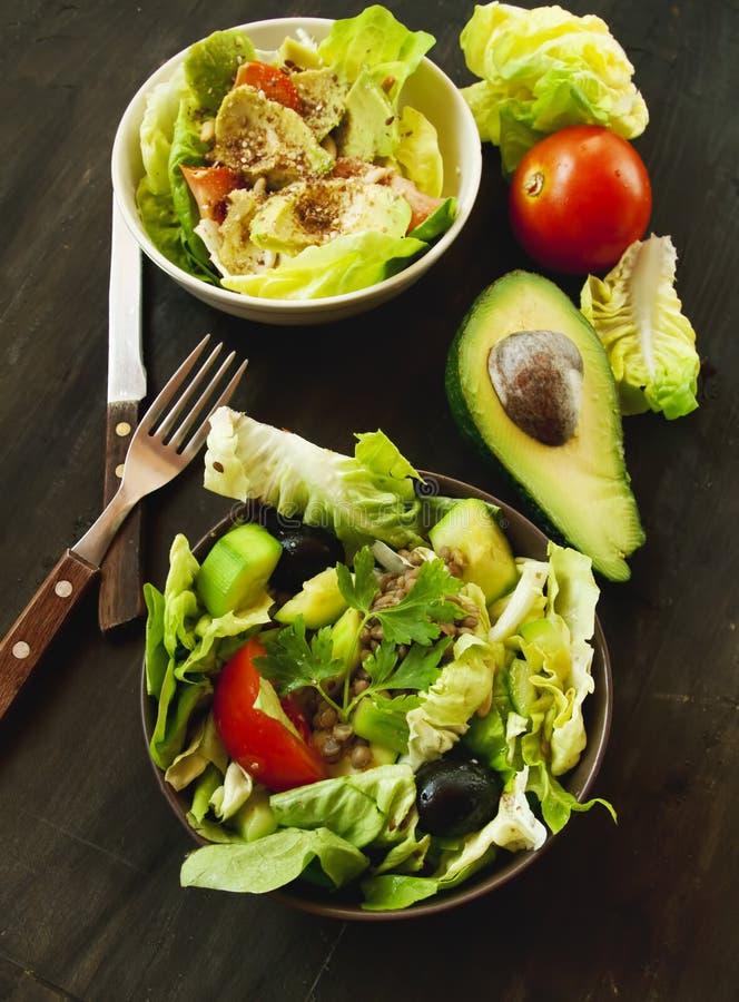 Salade verte de légumes avec l'avocat photographie stock