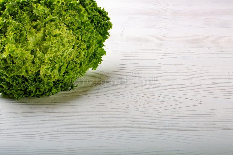 Salade verte de laitue de Batavia sur le fond blanc photographie stock