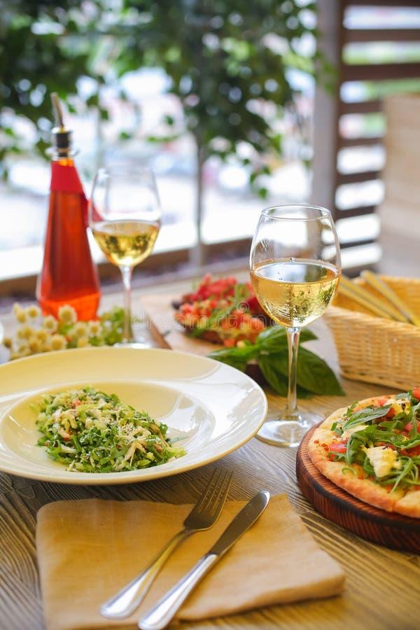 Salade verte de Salmon Fresh de foyer sélectif avec des épinards, tomates-cerises, épinards de bébé, concept pour un savoureux et photos libres de droits