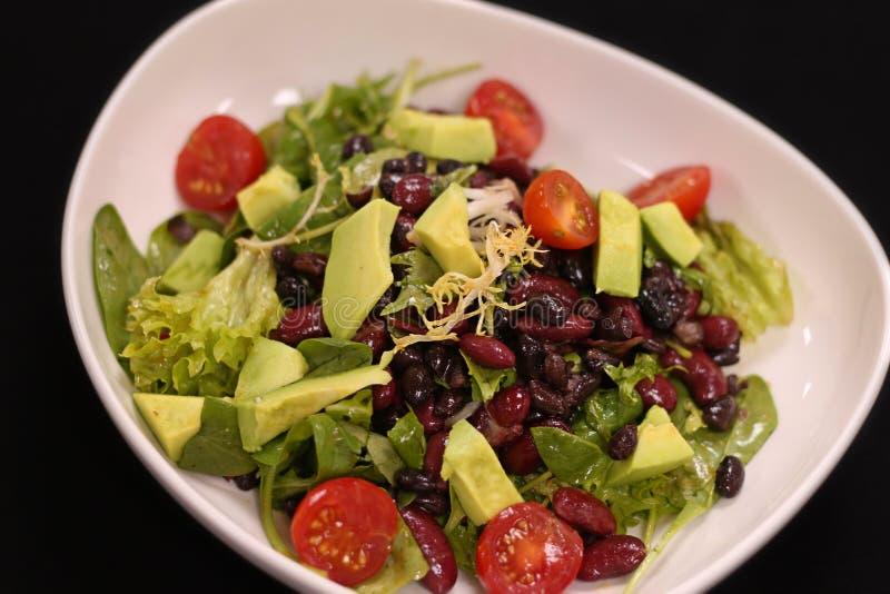 Salade verte de Vegan avec l'avocat et les haricots images stock