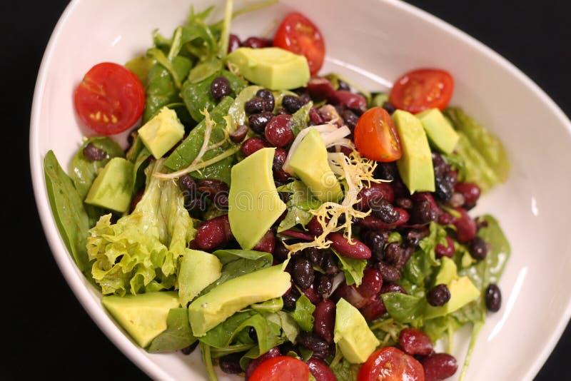 Salade verte de Vegan avec l'avocat et les haricots photos libres de droits