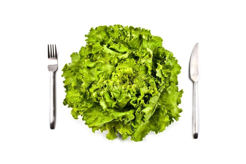 Salade verte, fourchette et couteau organiques sur le fond blanc photos libres de droits