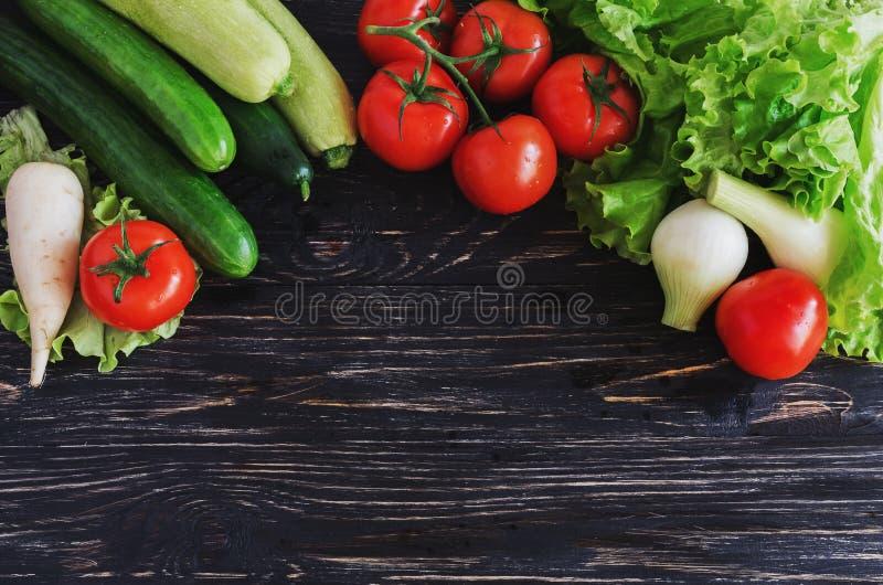 Salade verte, tomates sur la vigne, concombres, courgette, courge, et photographie stock libre de droits