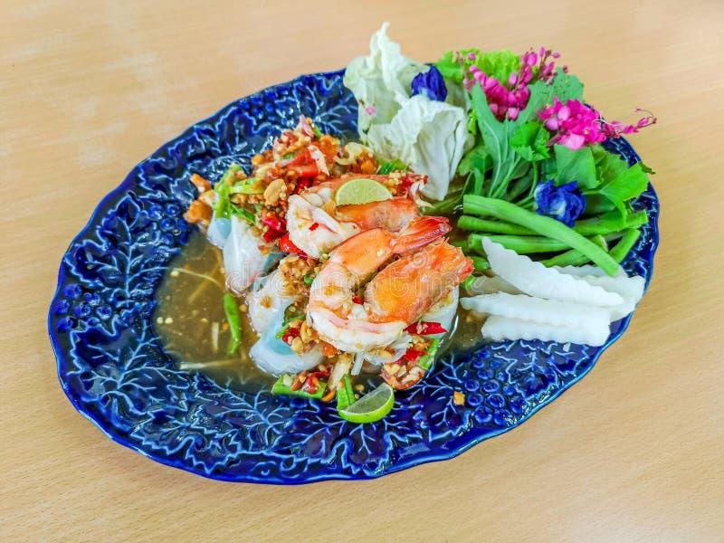 Salade vietnamienne saine Rolls avec la crevette in fine dinant le restaurant images stock
